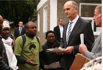 Der Innenminister im Gespräch mit einem der Flüchtlinge (Foto: Danny Frank)