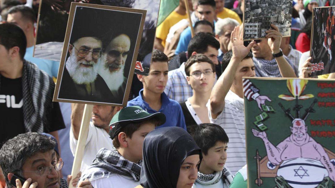 Israelfeindliche Al-Quds-Tag Demonstration zieht mit einigen hundert Teilnehmern durch Charlottenburg, Berlin, Deutschland, Europa