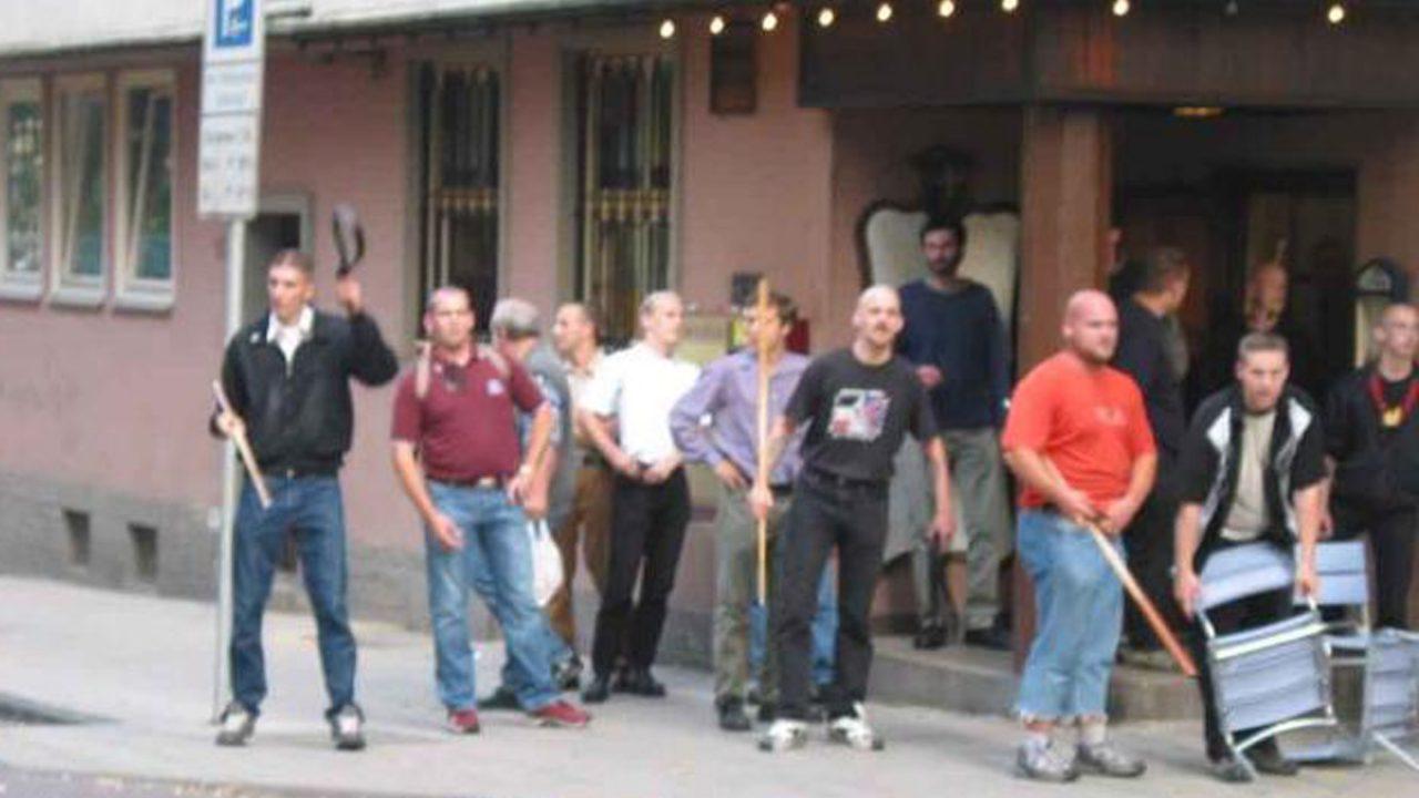 Kassel-2002-Mike-Sawallich-1.v.l.-Stanley-Röske2.v.l.-Stephan-Ernst-mit-Stuhl-in-der-Hand-1.v.r.-Bildrechte-NSU-Watch
