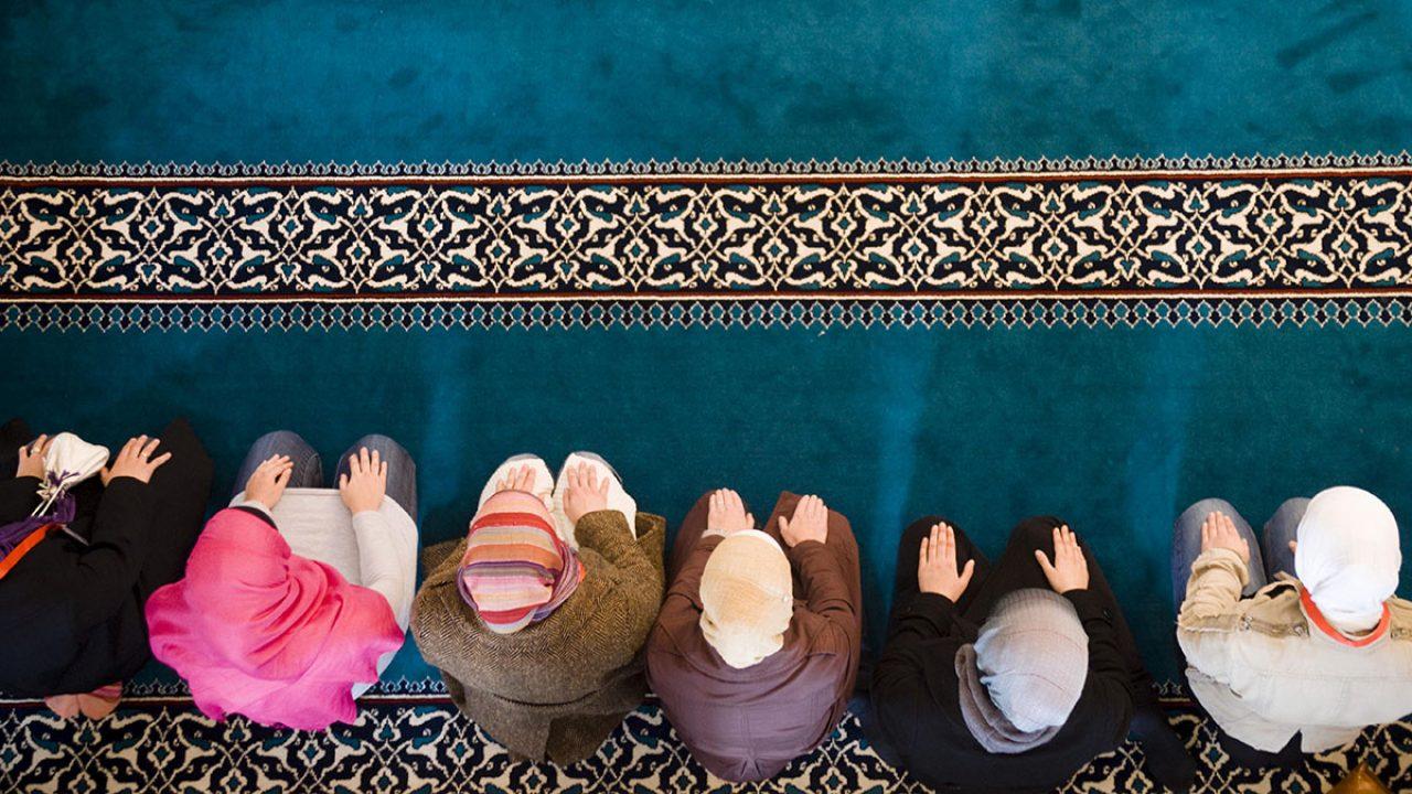 Muslimische Frauen beten in der Sehitlik Moschee in Berlin-Neukölln, Deutschland, Europa