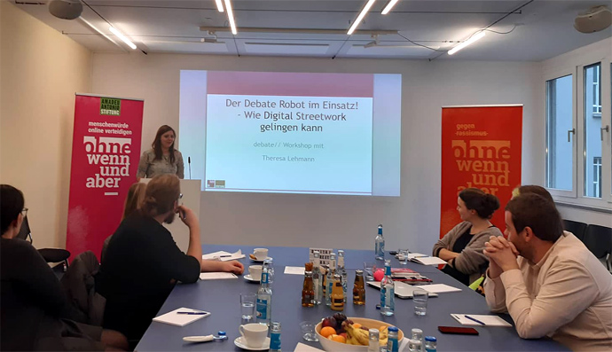 Menschen in Raum mit Powerpoint, Workshop Digital Streetwork