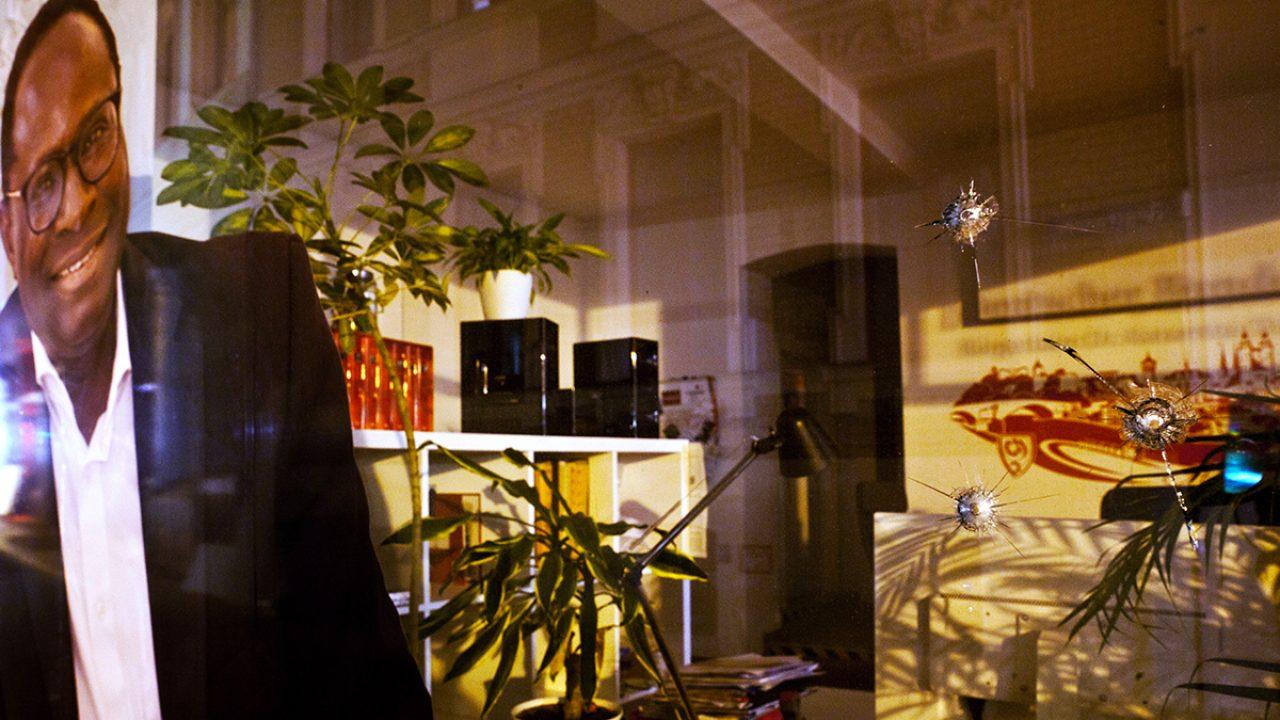 Einschusslöcher in Scheibe von Büro vonSPD-Politiker in Halle