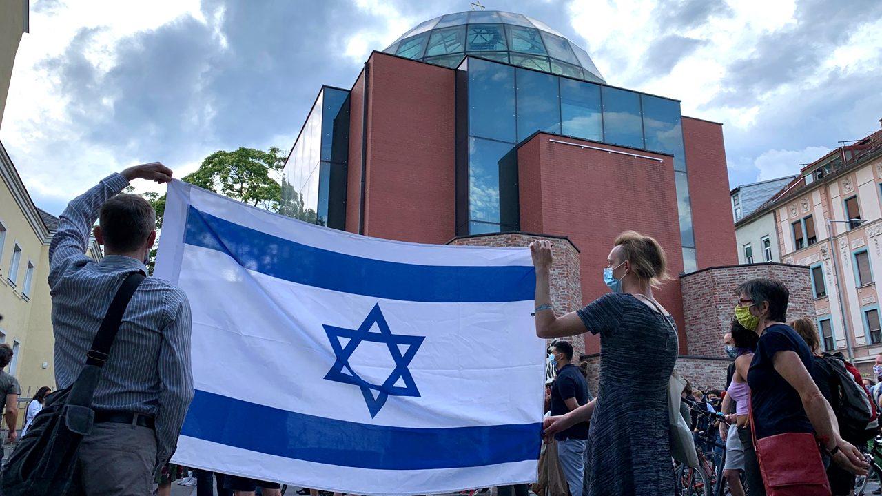 Flagge zeigen: Eine Solidaritätskundgebung nach dem Angriff auf den Präsidenten der jüdischen Gemeinde in Graz.