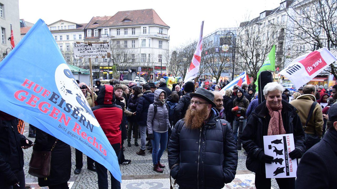 """Eine Demo in Neukölln 2018 für Heinz Ostermann, den Betreiber des Buchladens """"Leporello"""", der mehrfach Opfer mutmaßlicher rechtsextremer Anschläge wurde."""
