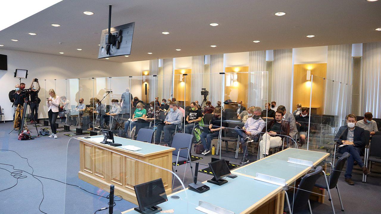 """Im Zentrum: Der Zeugenstuhl. Am 11. Prozesstag sagten drei Betroffenen aus, die sich während des Anschlags vor oder in dem Imbiss """"Kiez Döner"""" befanden."""