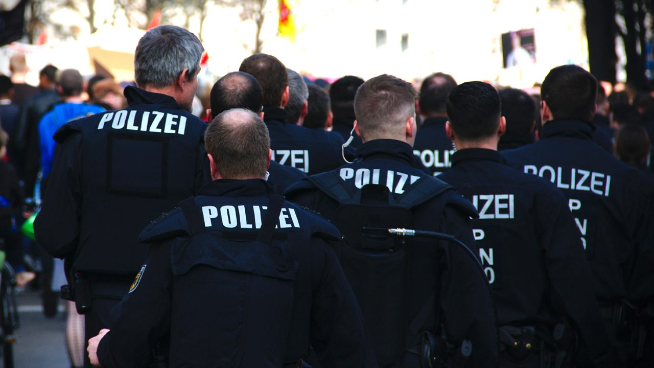 Symbolbild: In der Polizei werden immer mehr rechtsextreme Chatgruppen entdeckt.