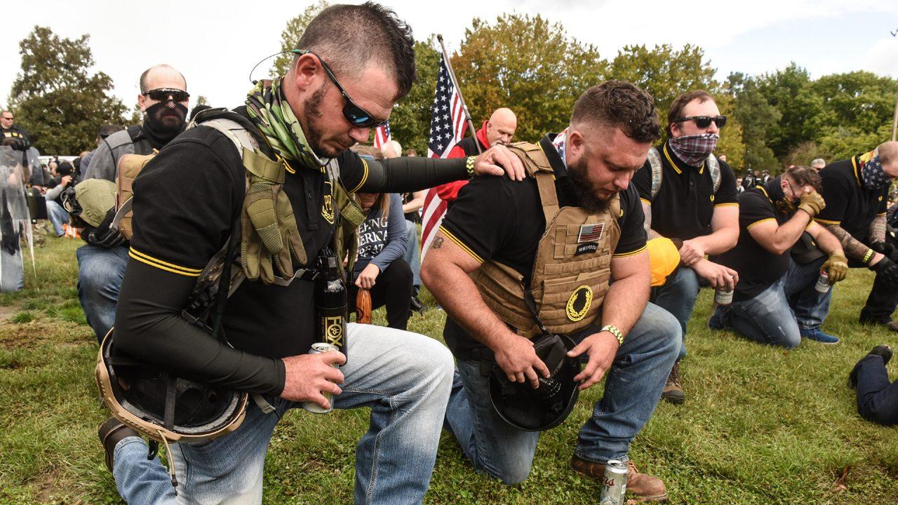 """Schwer bewaffnet und gewaltbereit: Die """"Proud Boys"""" in ihren schwarz-gelben Polohemden auf einer Demonstration in Portland, USA."""