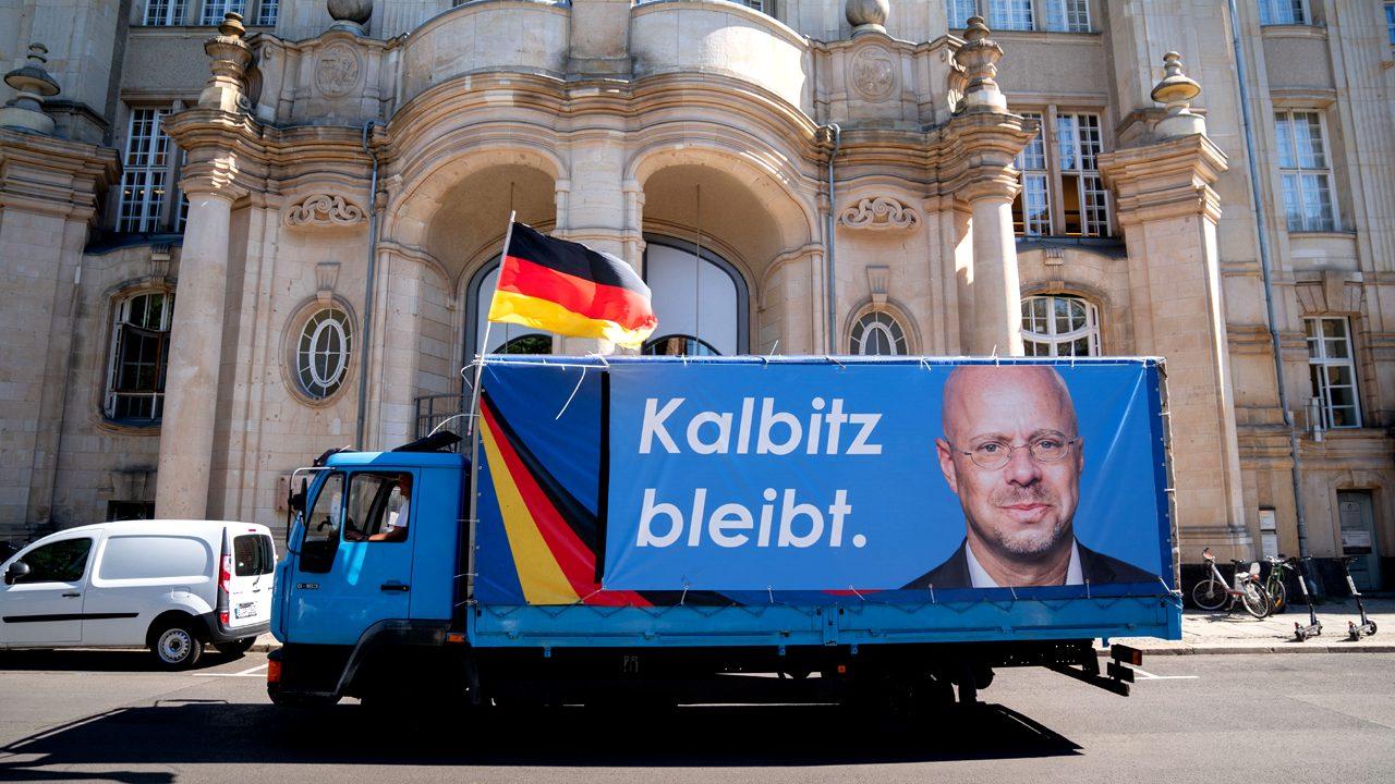 Fake News: Kalbitz bleibt nicht. Im August bestätigte das Landgericht Berlin seinen Ausschluss aus der Partei.