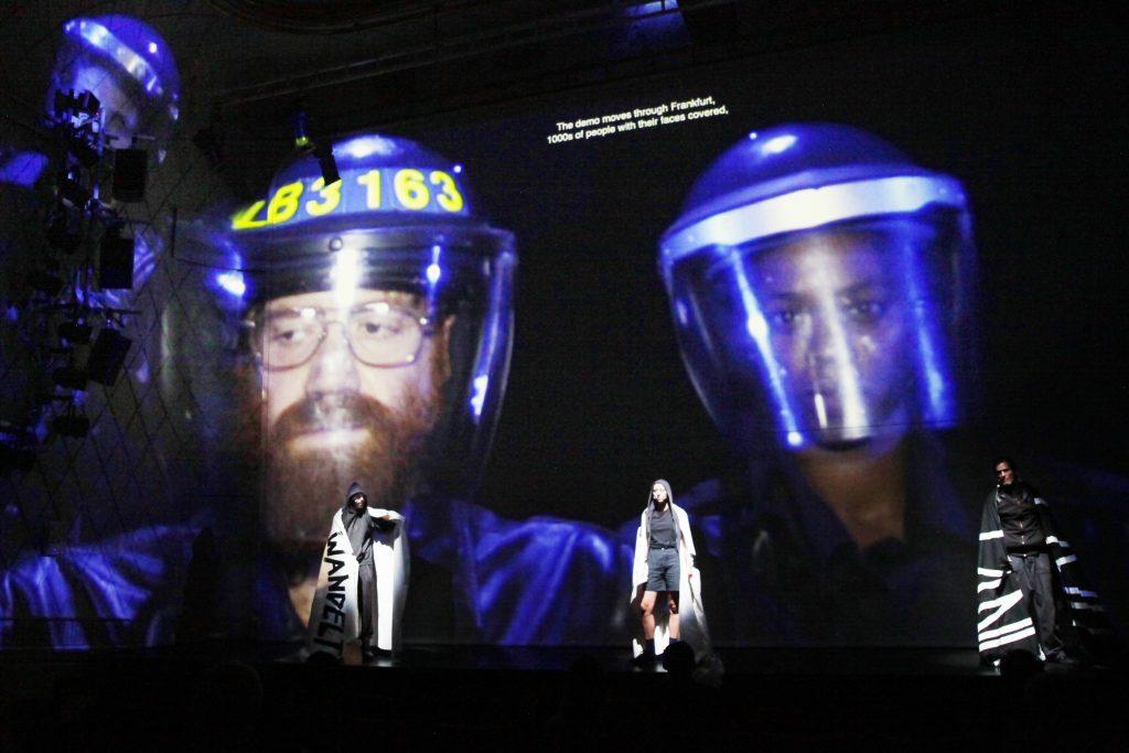 """Auf der Bühne: Sebastian Nüblings Inszenierung von Kevin Rittbergers Theaterstück """"Schwarzer Block"""" im Maxim Gorki Theater"""