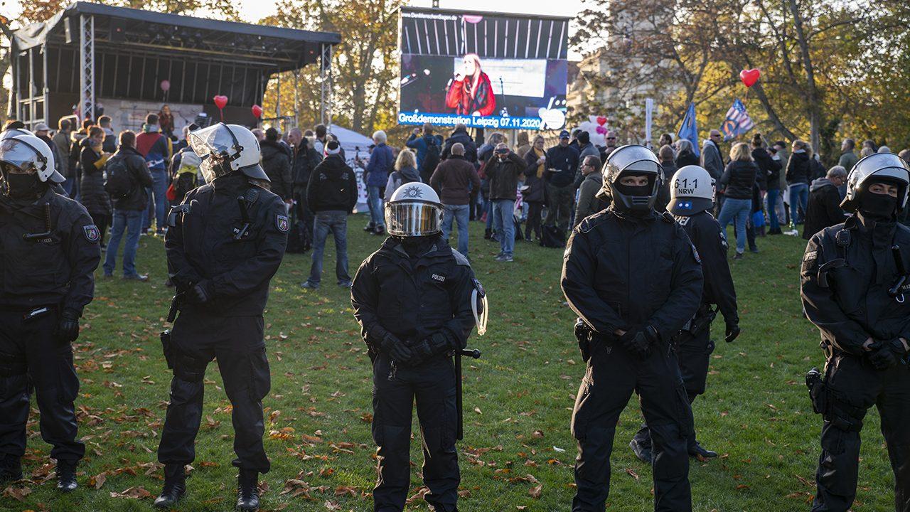 """Polizist*innen schützen """"Querdenker"""" in Leipzig. Nicht aber die Presse."""