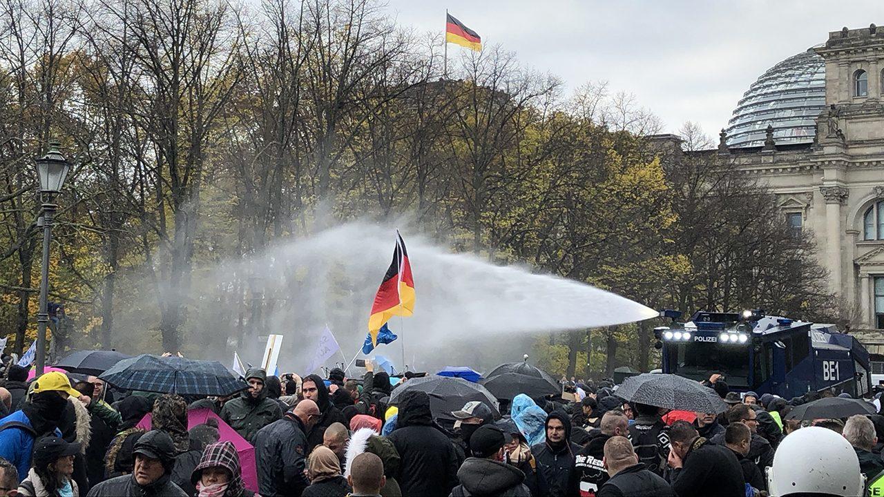 Herbstwetter: Coronaleugner*innen bekommen eine kalte Dusche von der Berliner Polizei.