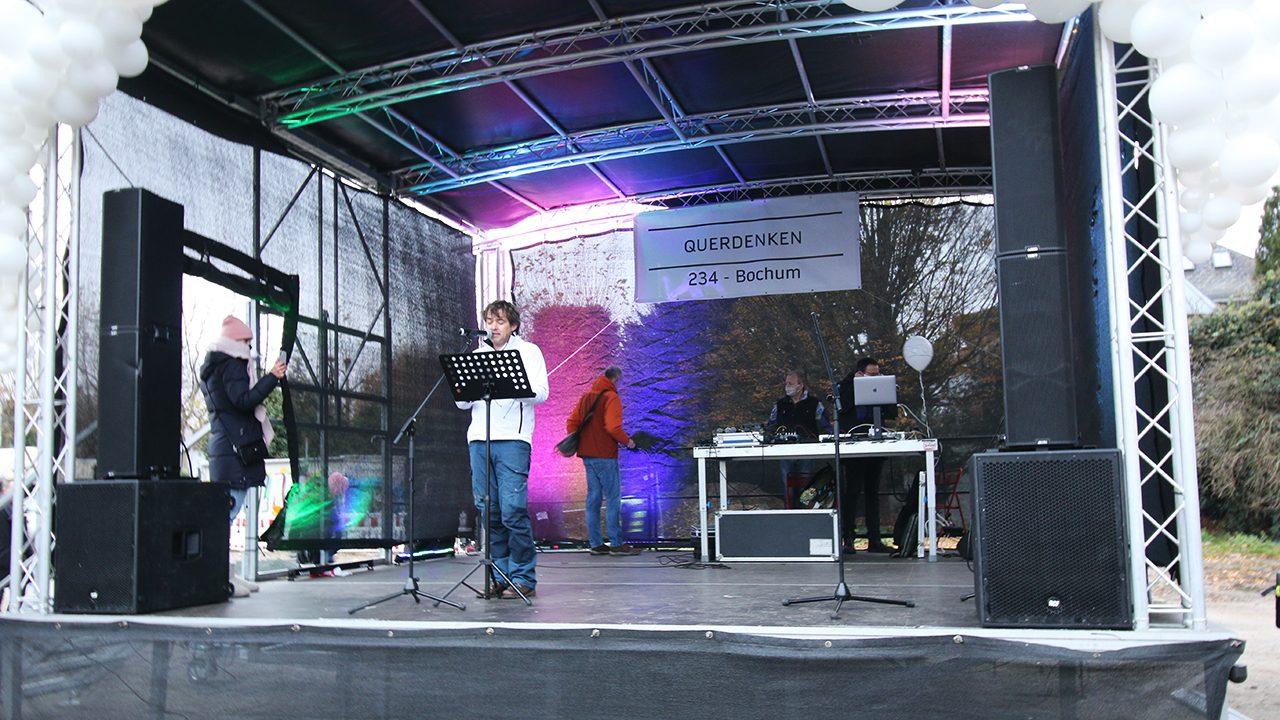 """Der Headliner: """"Querdenken""""-Kopf Michael Ballweg adressiert seine Fans in Bochum."""