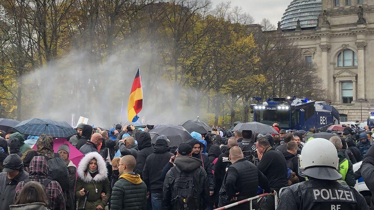 """Auch am Wochenende gab es wieder """"Querdenken""""-Demos, Wasserwerfer, wie hier in Berlin am 18.11., kamen nicht zum Einsatz, dafür ber NS-Relativierungen."""