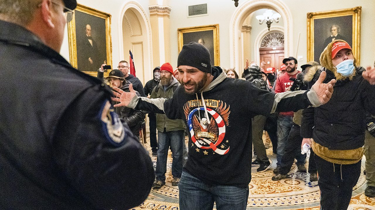Trump-Fans und QAnon-Gläubige stürmen das Kapitol in Washington DC.