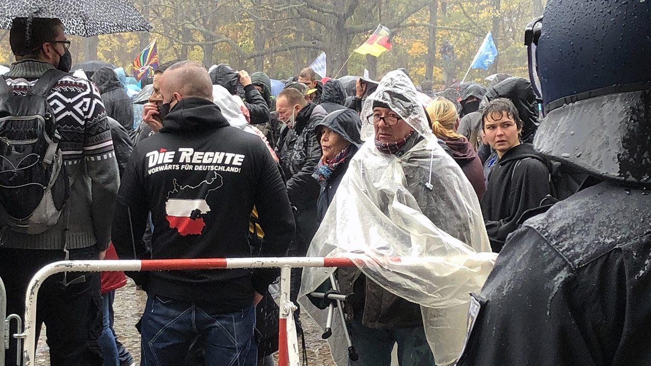 Nazis? Welche Nazis? Kritiker*innen des Infektionsschutzgesetz gegen Wasserwerfer am 18.11.2020 vor dem Bundestag.