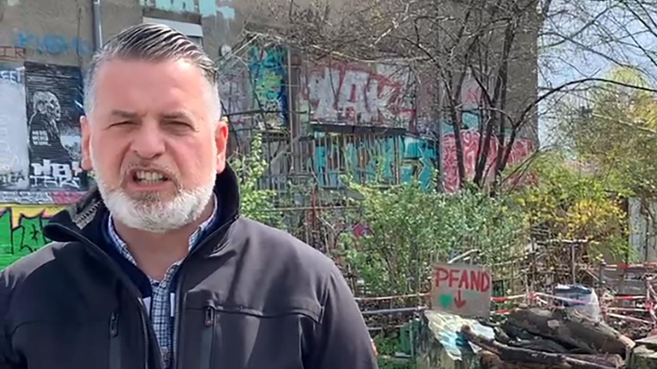 """Vor dem """"Juzi"""" in Göttingen: Der Neonazi Thorsten Heise in einem Online-Drohvideo."""