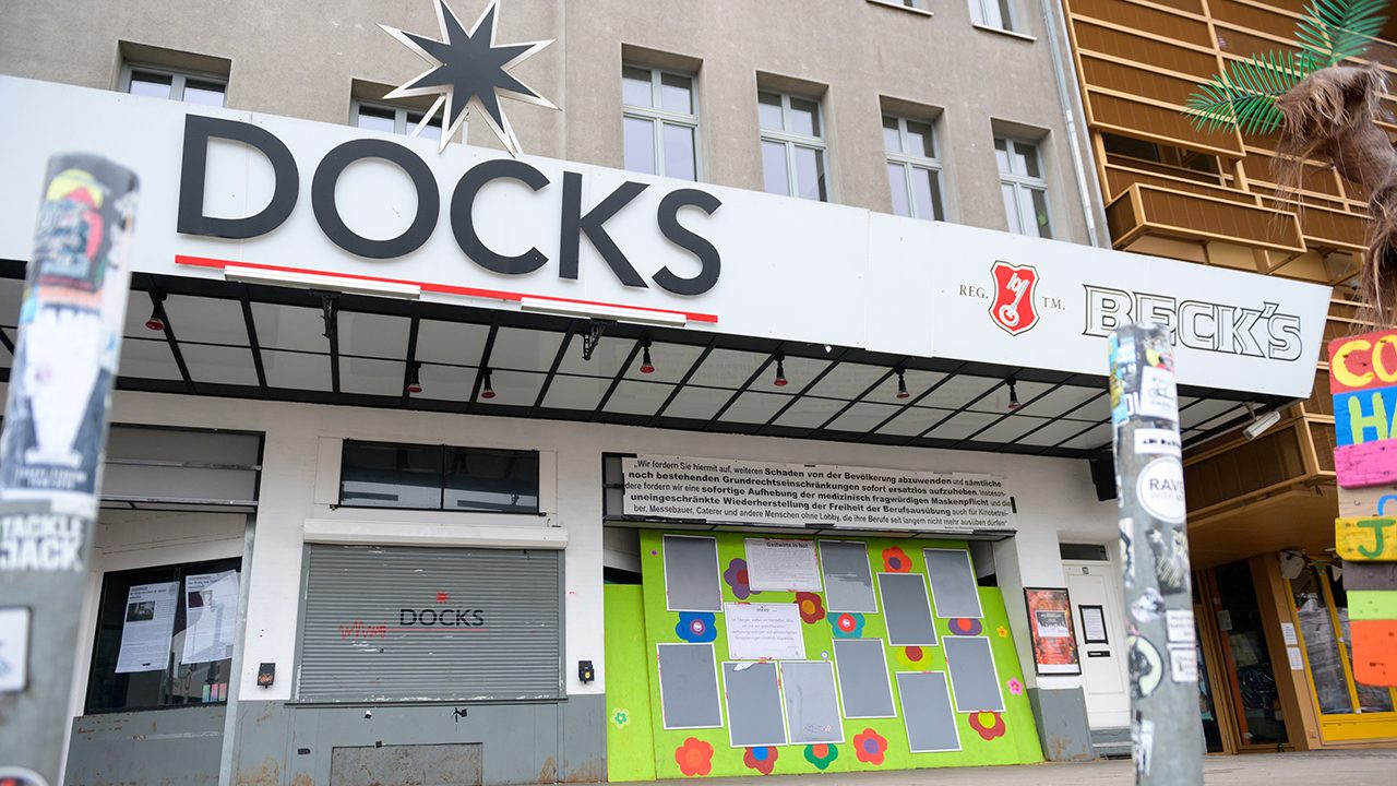 "Rechtsoffen und verschwörungsideologisch: Die Plakatwand am Eingang des Hamburger Musikclubs ""Docks"""