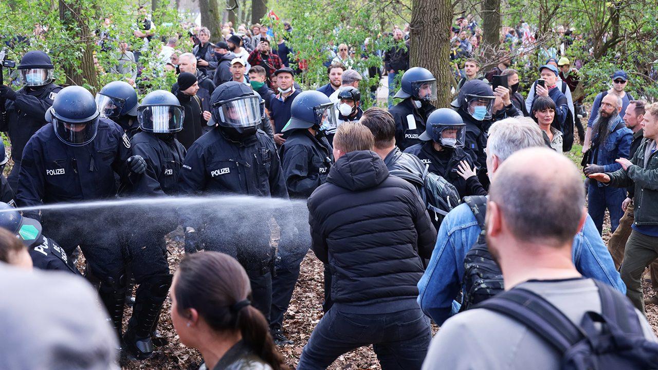 Ausschreitungen im Tiergarten: Die enthemmte Mitte geht mit Faustschlägen gegen die Polizei vor