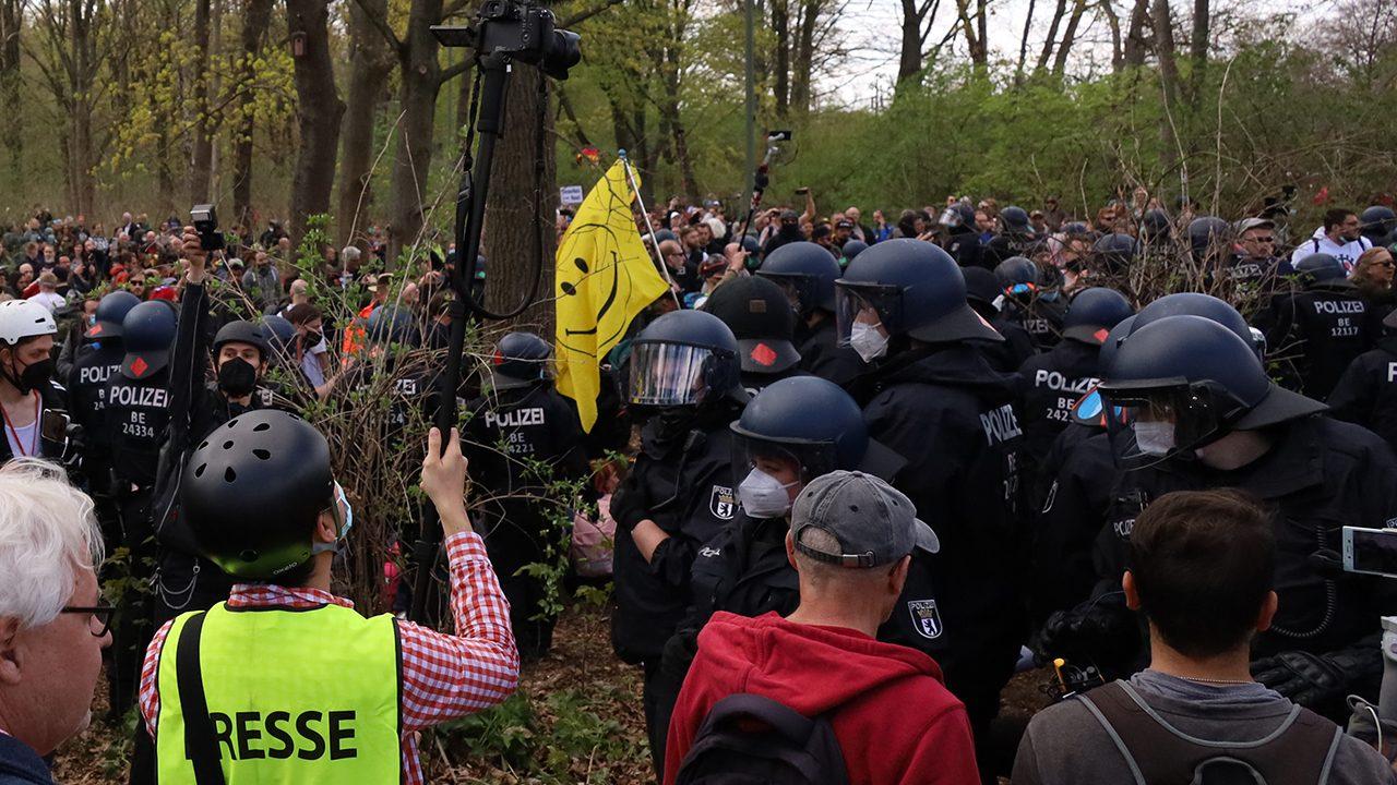 """Ein Journalist auf einer Demonstration gegen die """"Bundesnotbremse"""" im April 2021: Im Tiergarten kippte die Stimmung, Demonstrierende griffen die Polizei an und kesselte sie ein. Die Polizei musste Pfefferspray einsetzen und sich teilweise zurückziehen."""