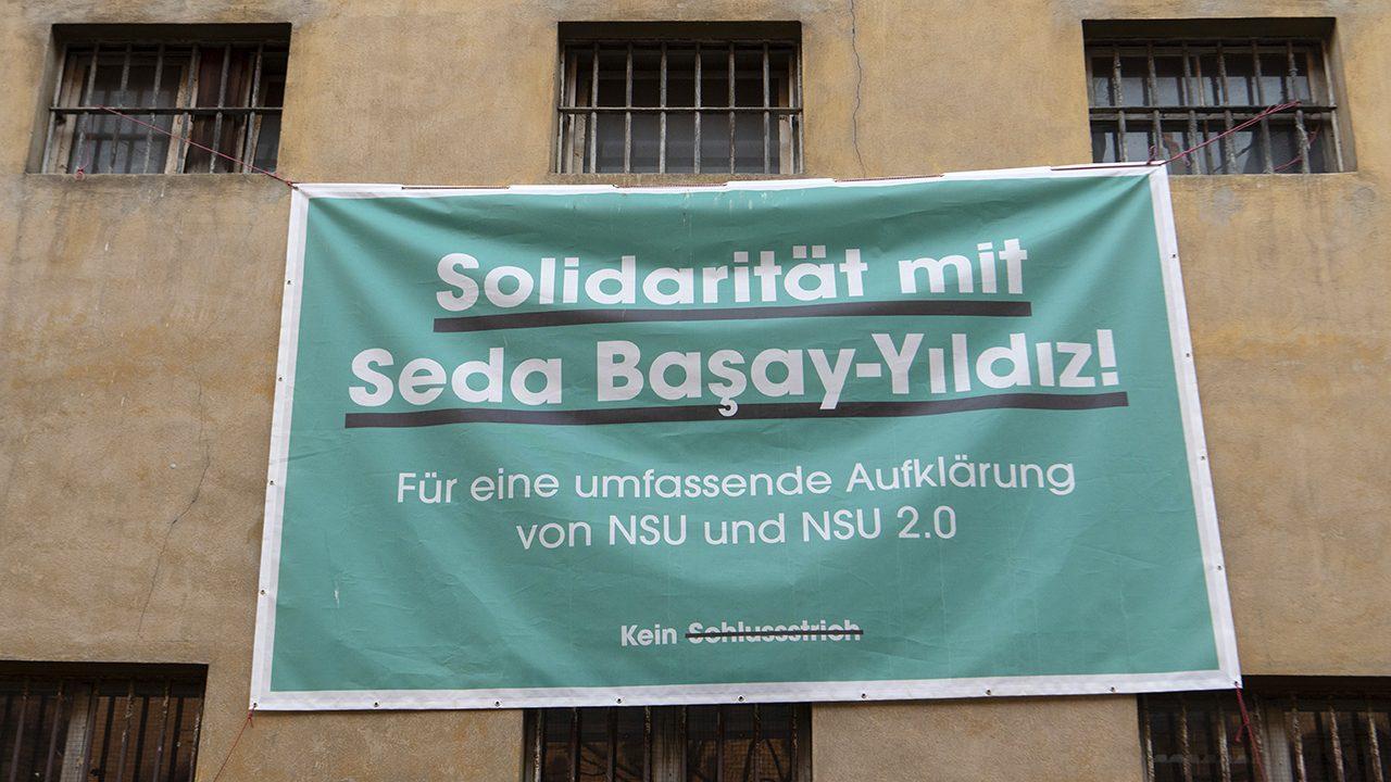 """Solidarität mit den Betroffenen der """"NSU 2.0""""-Drohschreiben: Ein Plakat an der Fassade des ehemaligen Gefängnisses in der Frankfurter Klapperfeldstraße."""