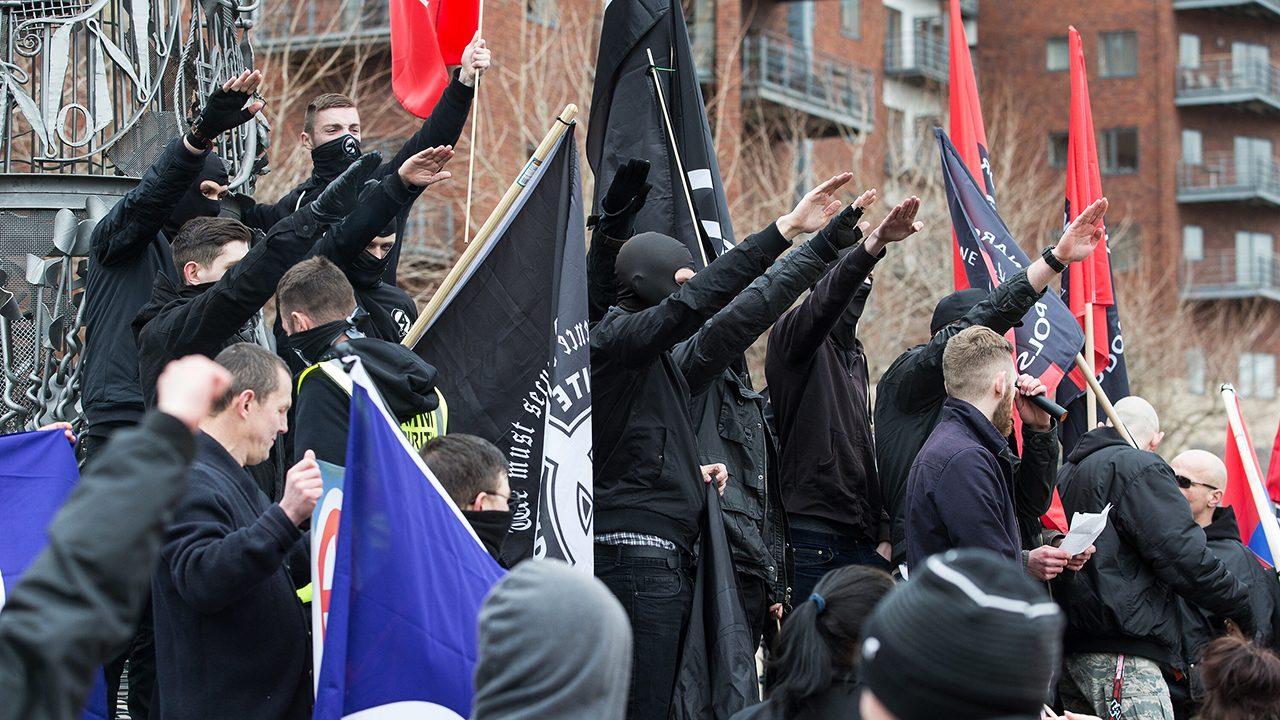 """Mitglieder der inzwischen verbotenen Neonazi-Gruppe """"National Action"""" auf einer Demonstration in Newcastle 2015."""