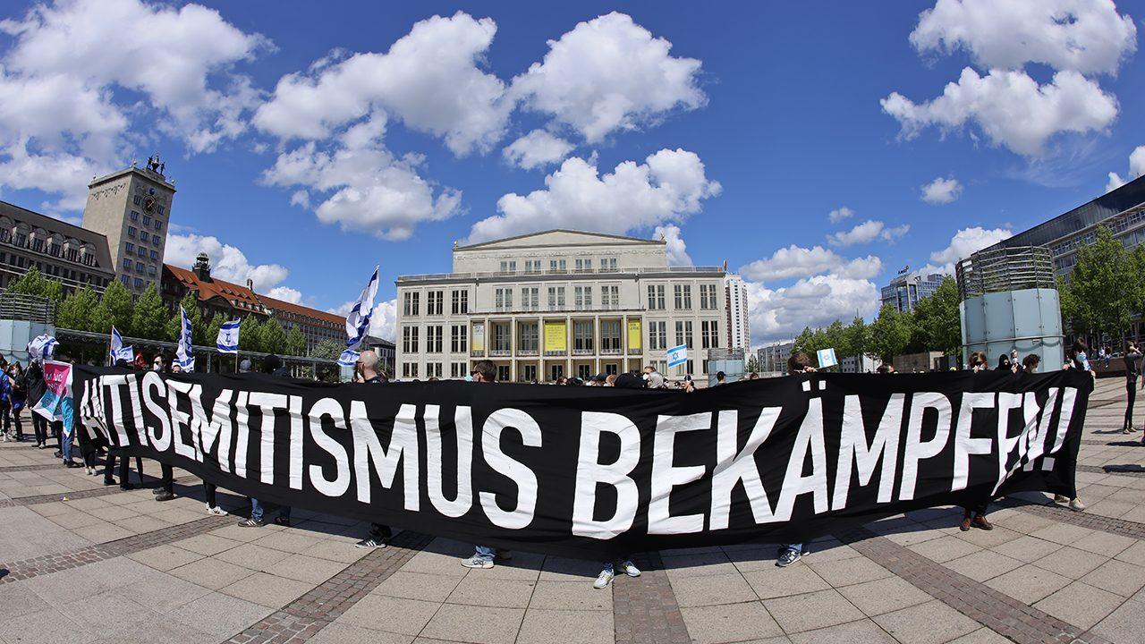 Demonstrierende auf einer israelsoldarischen Kundgebung in Leipzig im Mai 2021.