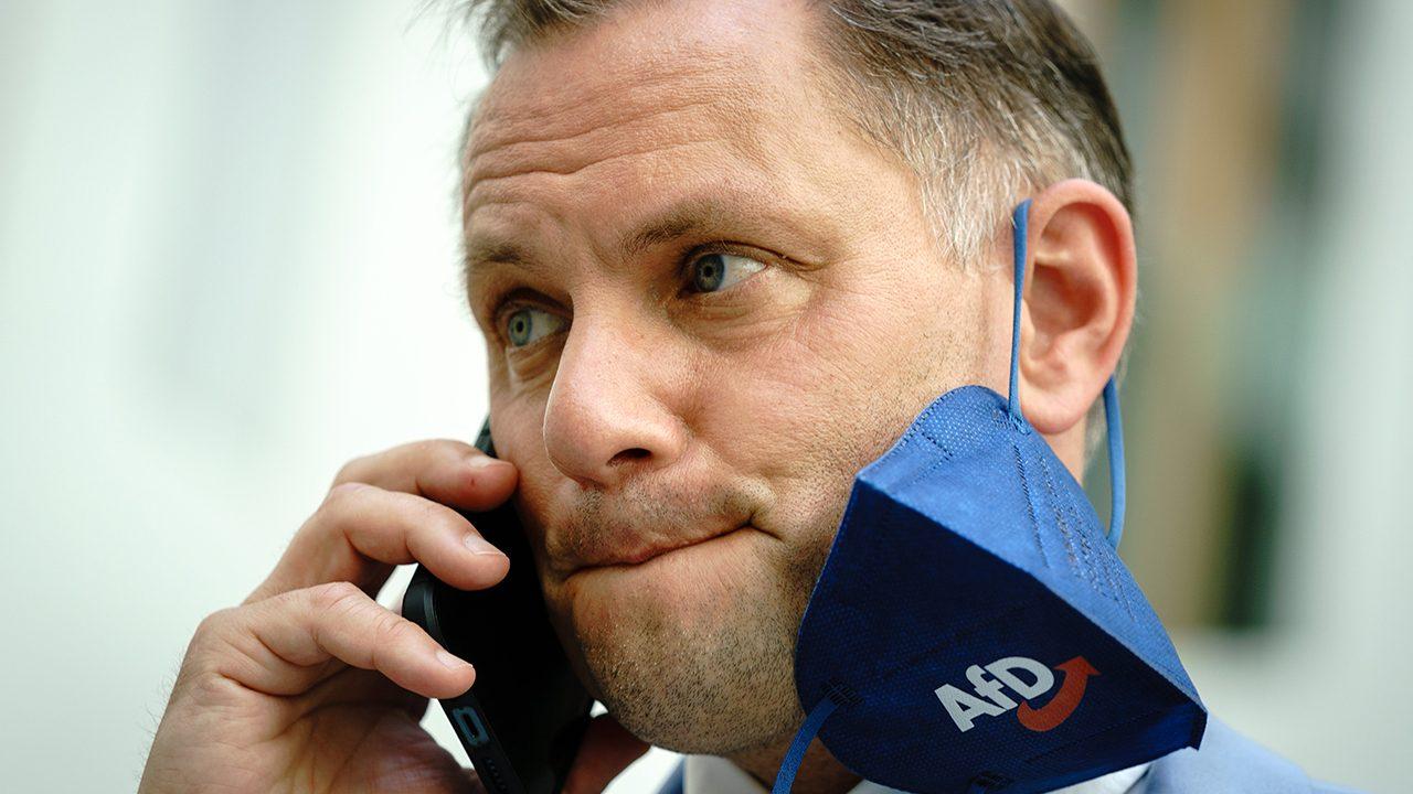 Partystimmung: AfD-Bundessprecher Tino Chrupalla telefoniert vor einer Pressekonferenz zur Landtagswahl in Sachsen-Anhalt