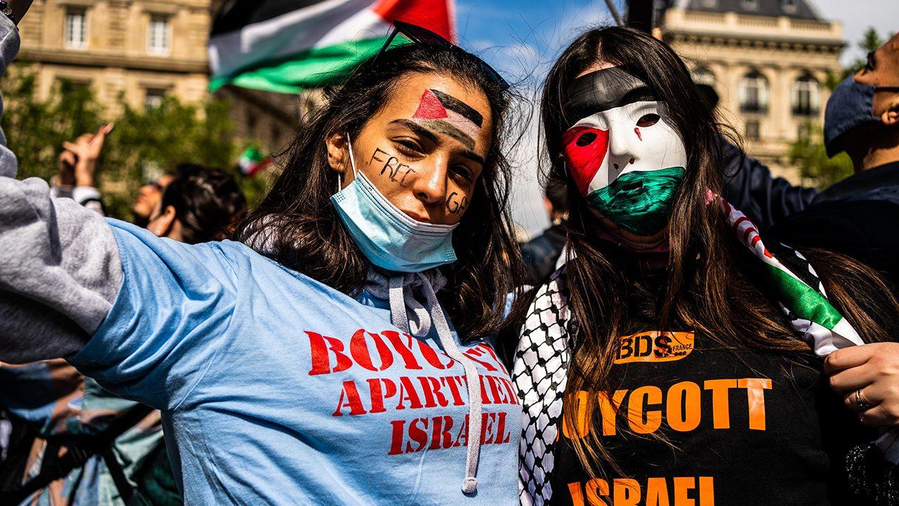 """""""Boycott Apartheid Israel"""": BDS-Unterstützerinnen auf einer """"pro-palästinensischen"""" Demonstration in Paris im Mai 2021"""