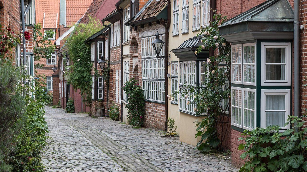 1280px-Häuser_-Auf_dem_Meere-_in_Lüneburg