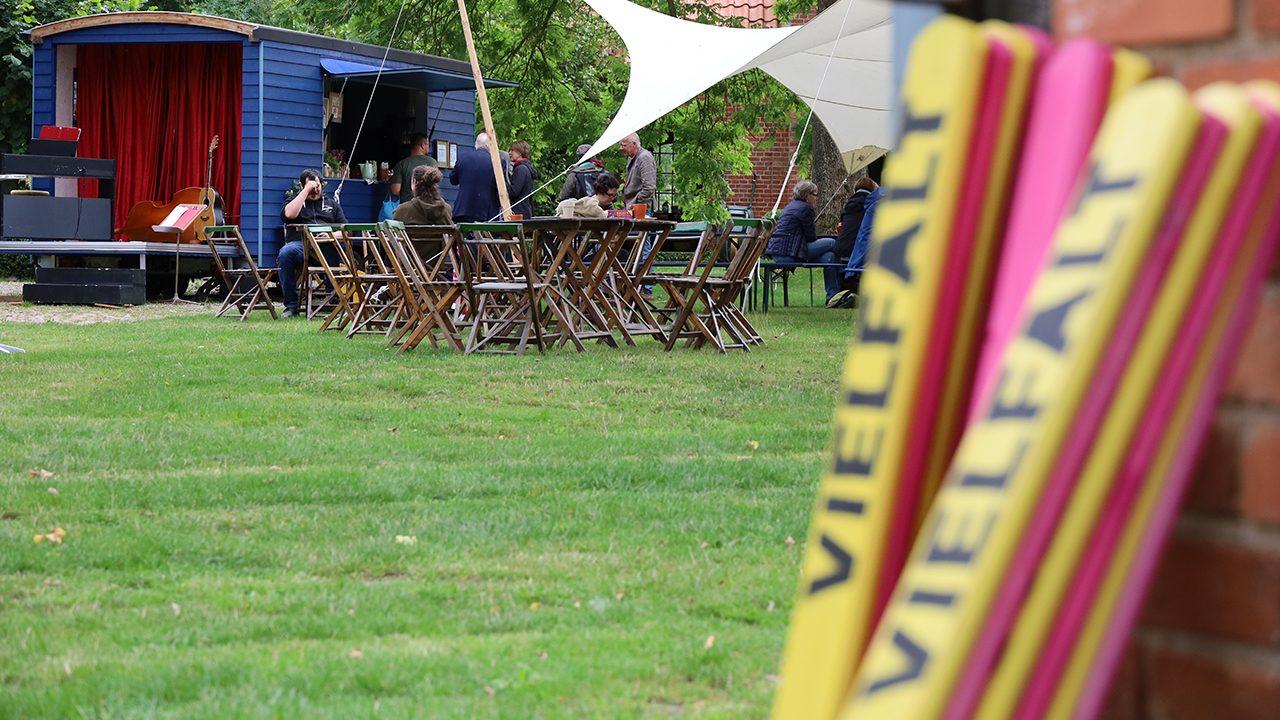 Das Jahrmarkttheater im niedersächsischen Bostelwiebeck: Hier treffen sich Menschen aus verschiedenen Regionen, die völkische Nachbar:innen haben.