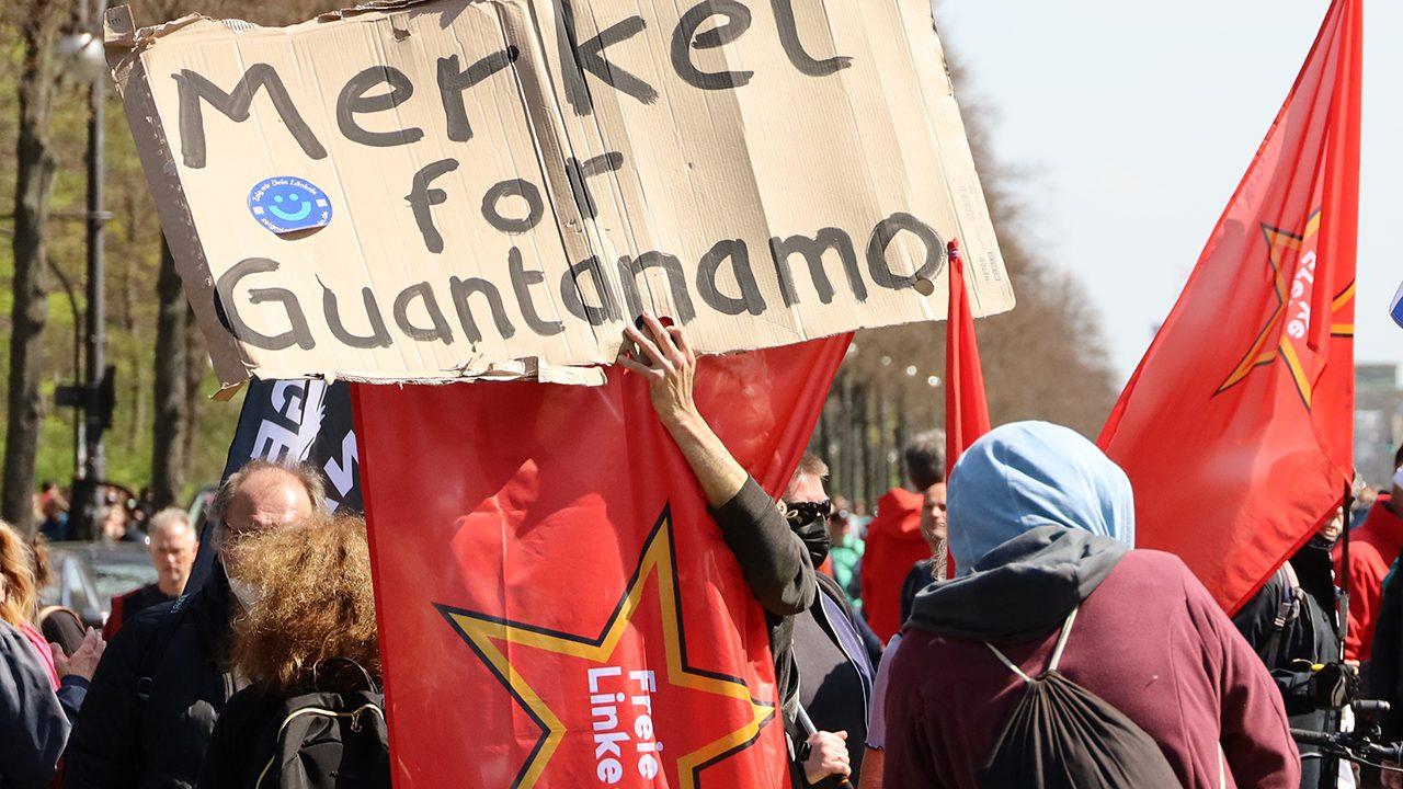 """EIn wiederkehrendes Motiv: Die """"Freie Linke"""" will ihre politischen Feinde zum Gefangenenlager Guantanamo schicken."""