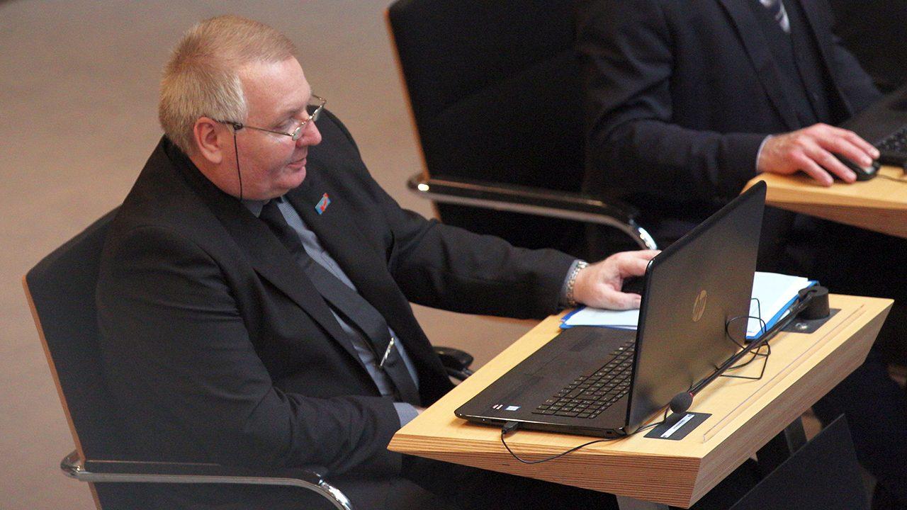 Macht Nerstheimer Online-Shopping für Waffen während Plenarsitzungen? Hinweise deuten darauf.