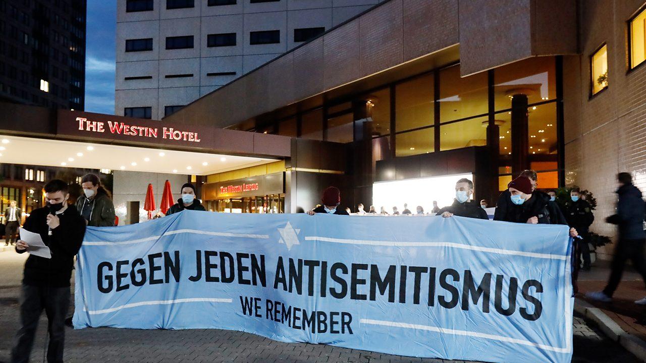 """Am Dienstagabend fand nach Antisemitismus-Vorwürfen eine Demonstration des Bündnis """"Leipzig nimmt Platz"""" vor dem """"Westin Hotel"""" in Leipzig statt."""