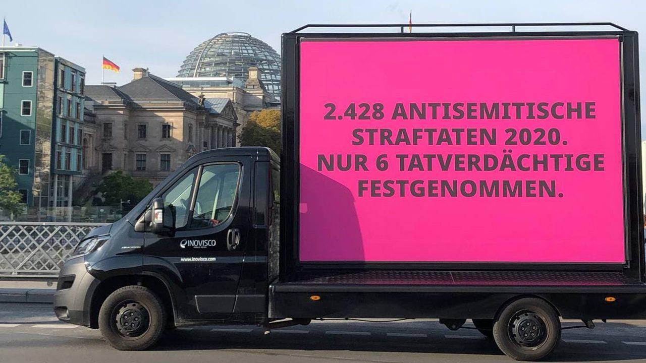 Es gibt im Jahr 2020 2.428 antisemitische Straftaten, aber nur sechs Tatverdächtige wurden festgenommen. Daher fordert die Amadeu Antonio Stiftung: Antisemitismus konsequent strafrechtlich verfolgen – jetzt!