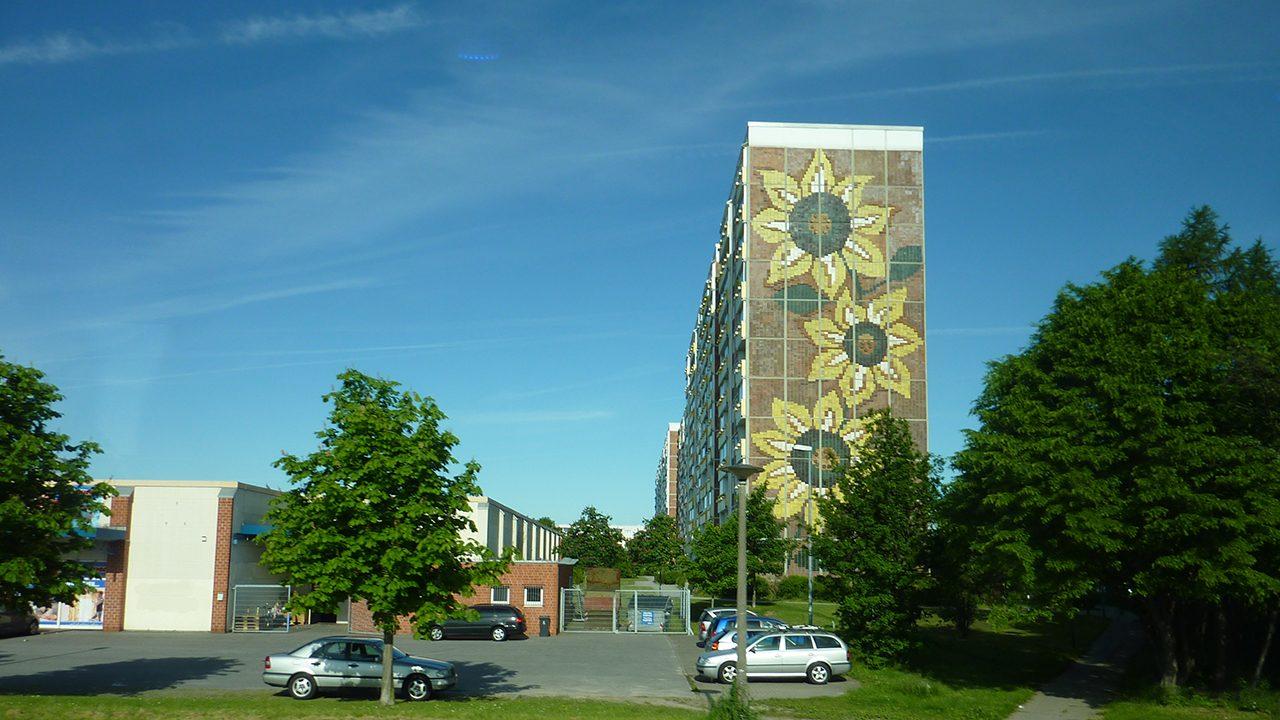 Im Sonnenblumenhaus in Rostock-Lichtenhagen lebten ehemalige vietnamesische Vertragsarbeiter:innen. 1992 fanden dort tagelange rassistische Ausschreitungen statt